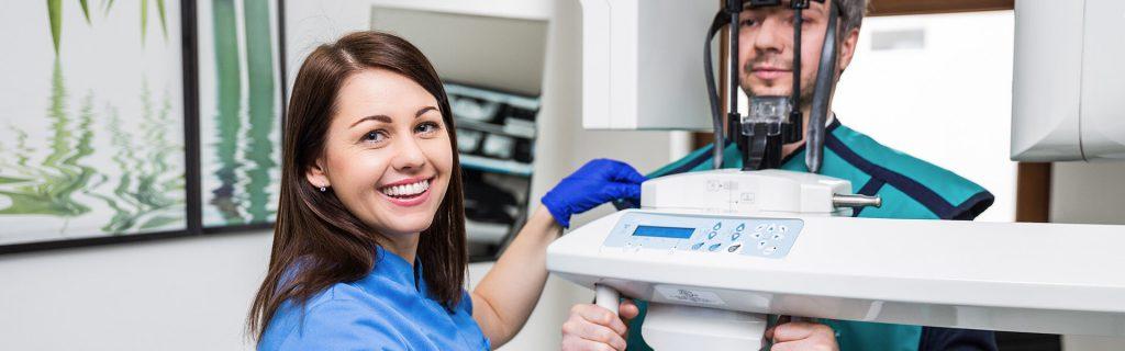 Dentysta podczas badania obrazowego z pacjentem w gabinecie Częstochowa